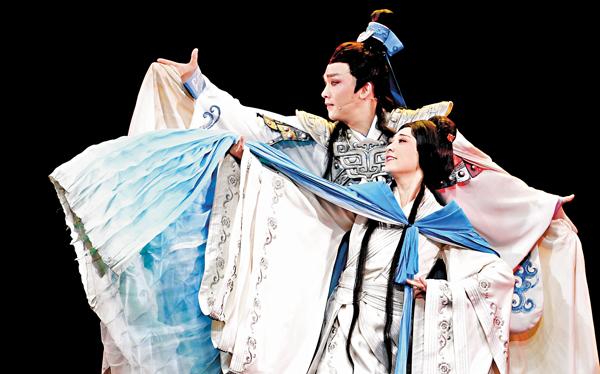 ■國家一級演員何雲(右)和梅院軍在黃梅戲《小喬初嫁》演出中。