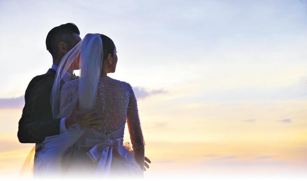■柏豪向傳媒發出與太太的背影婚照。