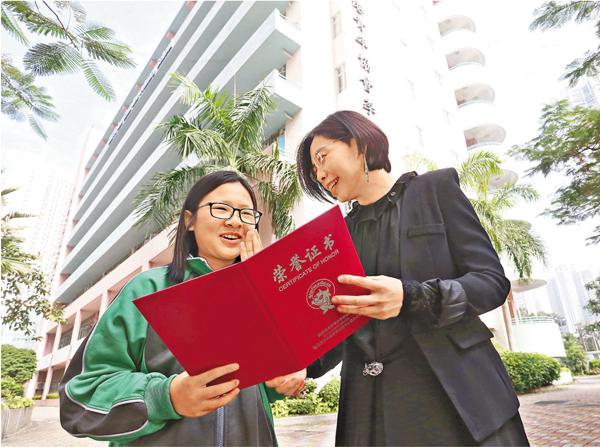 ■校長謝煒珞與得獎學生麥靖嵐接受專訪。莫雪芝 攝