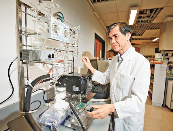 ■王保強的研究目標不僅是降解污染物,還希望過程中可以產能。  曾慶威  攝