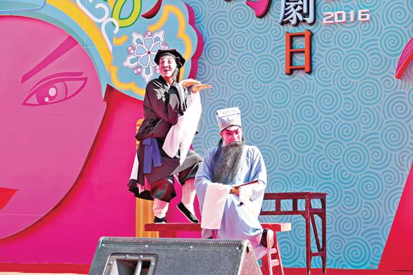■在開幕禮前由演藝青年團成員一點鴻及符樹旺預演《十五貫之訪鼠》。
