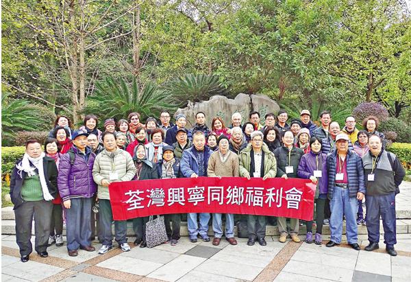 ■荃灣興寧同鄉會組團遊桂林,於龍潭古寨合影。