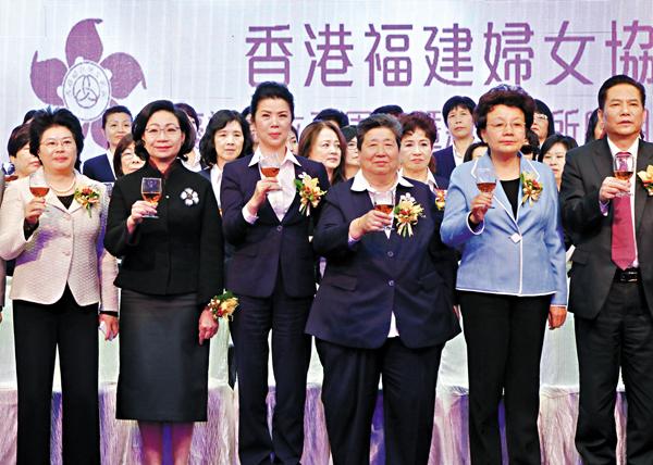 ■蔡黃玲玲(左三)、陳聰聰(左四)和梁唐青儀(左二)、殷曉靜(右二)等祝酒。 沈清麗  攝