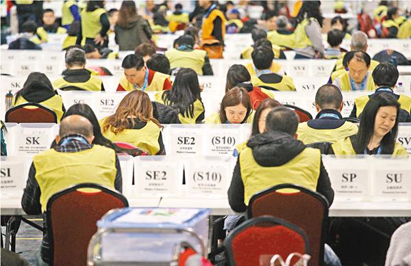 ■2016年選委會選舉總點票站的工作人員將投入緊張的點票工作。 劉國權  攝