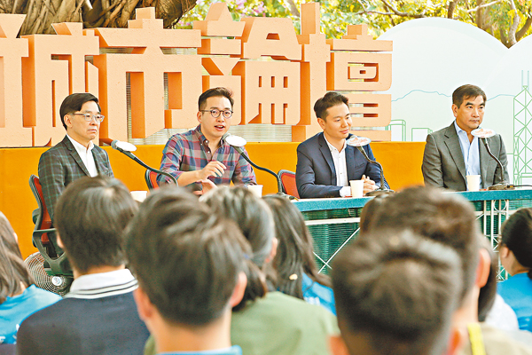 ■右起:鍾國斌、周浩鼎、楊岳橋及李秀�琤X席《城巿論壇》。
