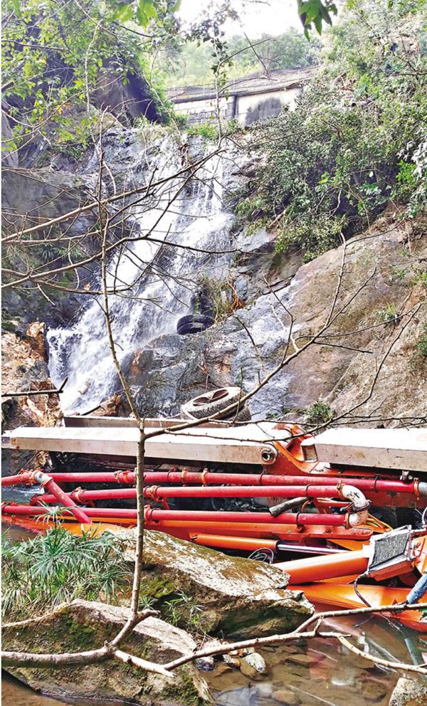 ■石屎泵車墮至瀑布潭底翻側。