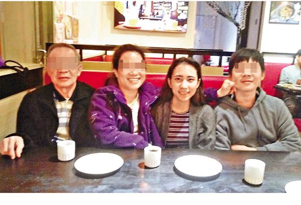 ■少女劉若晴(右二)在大美督因單車意外送命,她生前與家人合照。