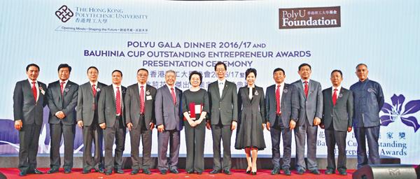 ■仇鴻(左七)、陳子政(左六)唐偉章(左八)於2016紫荊花杯傑出企業家獎頒獎禮上與得獎企業家合影。 曾慶威  攝