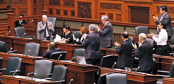 ■議案發起人、加拿大安大略省議員黃素梅在介紹完將每年的12月13日設立為安省「南京大屠殺紀念日」的議案後獲得議員們起立鼓掌致意。  中新社
