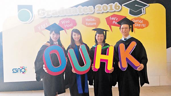 ■林樂欣(右二)在中七畢業後至今已修讀過6個高等學歷。圖右為謝江海。 黎忞 攝