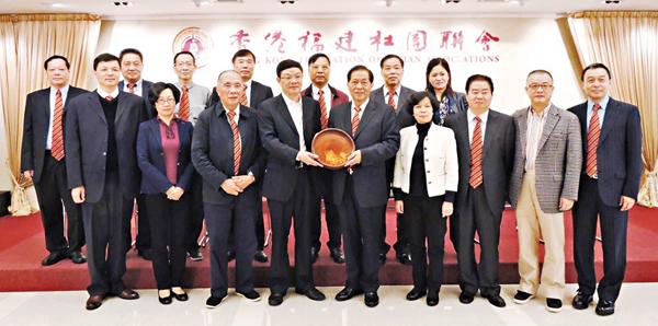 ■香港福建社團聯會在會所歡迎鄭春洪一行。
