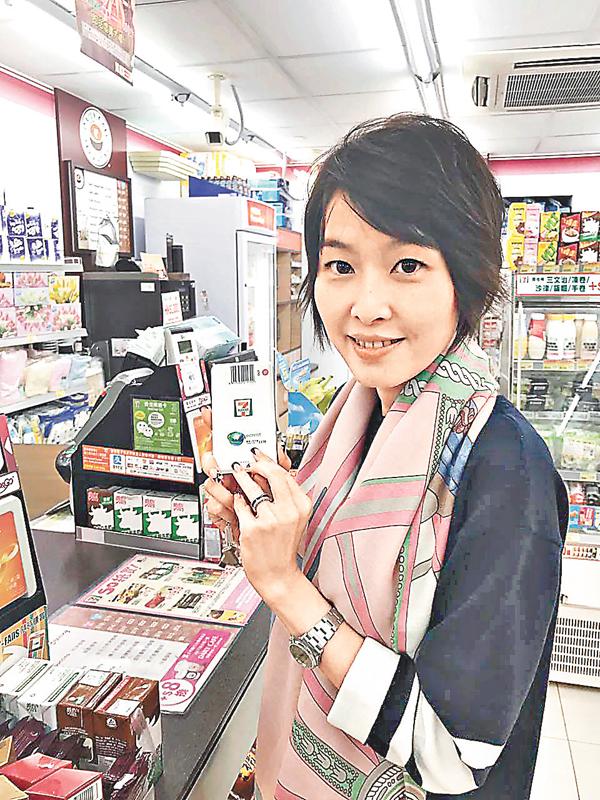 ■ECrent執行董事王靖曈昨早到伊利沙伯醫院7-Eleven試租充電器,過程順利。