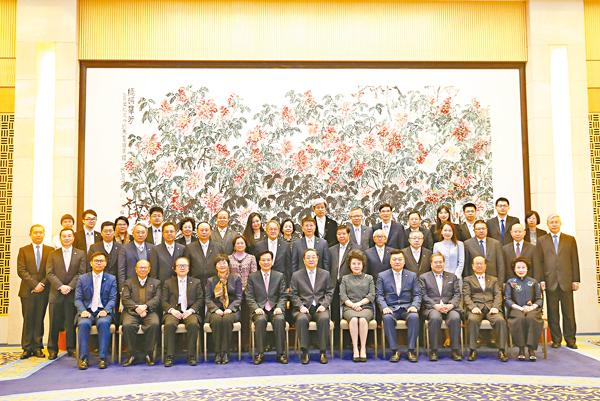 ■中共中央政治局常委、全國政協主席俞正聲與香港潮州商會參訪團合照。 中新社