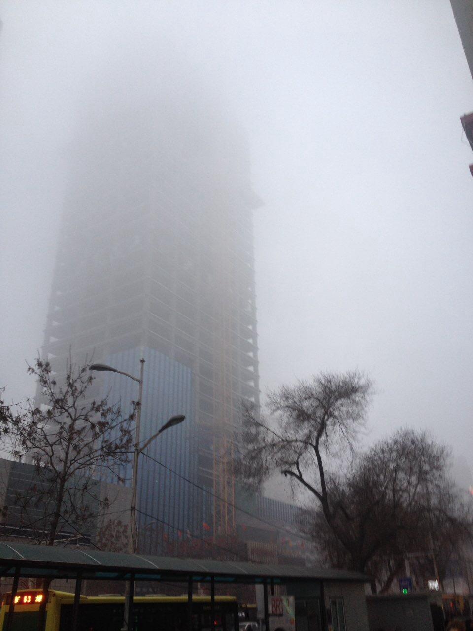 12月6日下午,烏魯木齊天山區小西門商圈被濃霧籠罩