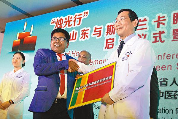 ■斯里蘭卡國際眼庫高級經理賈納特(左)向中方捐贈眼角膜。記者胡臥龍  攝