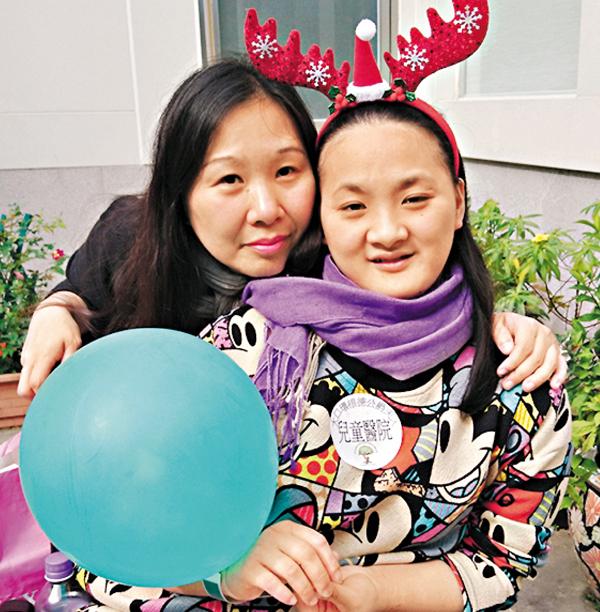 ■方小姐(左)指女兒已不會再有機會步行。旁為蕙心。 趙虹  攝
