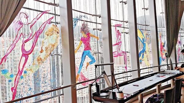 ■玻璃窗上的每一幅五彩繽紛的畫都是由Steve親手畫上去
