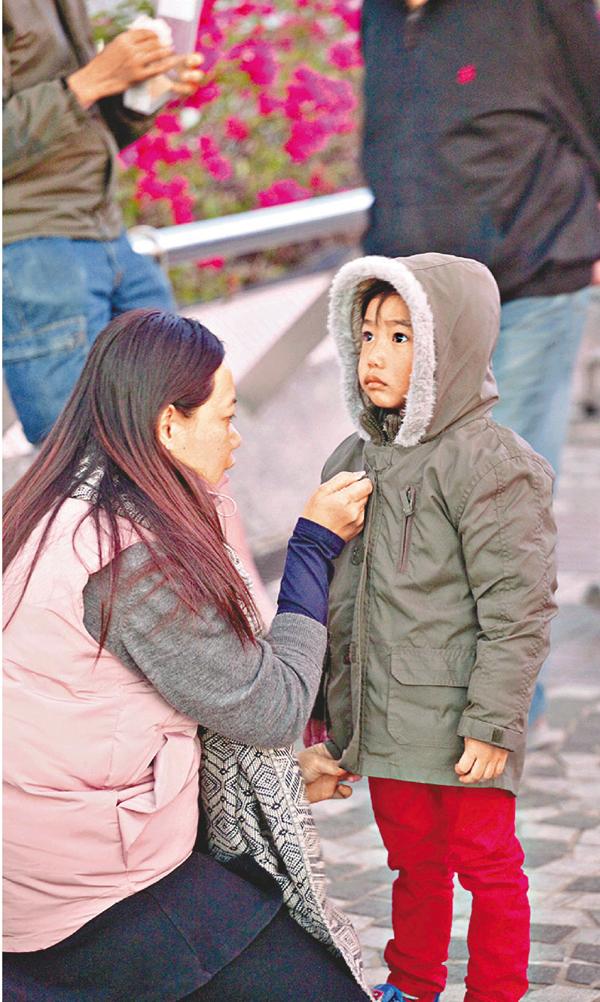■父母應確保小童有足夠而輕巧的衣物保暖。 曾慶威  攝