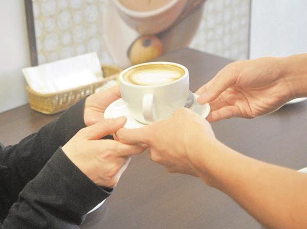 ■民仔即場調配「心」形咖啡予媽媽品嘗。 陳文華  攝
