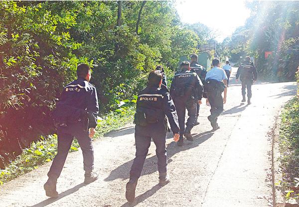 ■大批警員登上發生劫案的鷹巢山一帶展開搜捕。 劉友光  攝