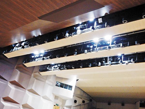 ■邵逸夫堂的劇場使用率高,為減少耗用能源,劇場的鎢絲燈換成LED燈。 黎忞  攝