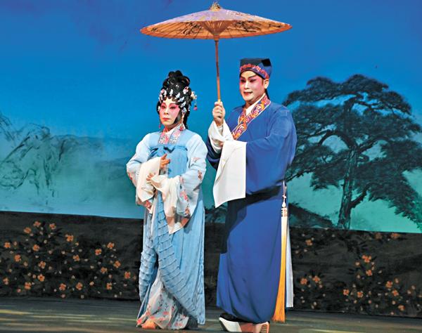 ■龍貫天、張寶華演出《雙仙拜月亭》中的「搶傘」。