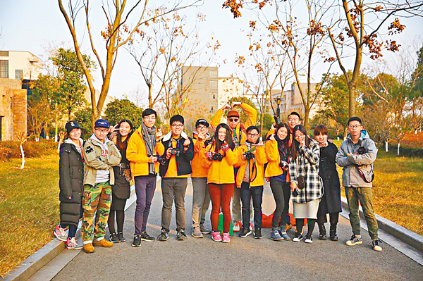 ■香港學生與傳媒學院學生熱情合影。 俞晝 攝