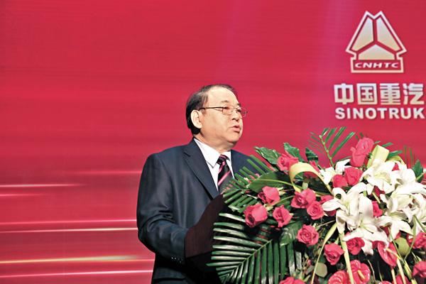 ■中國重汽董事長馬純濟表示,集團2016年全年銷售整車突破20萬輛,同比增長28.4%。殷江宏 攝