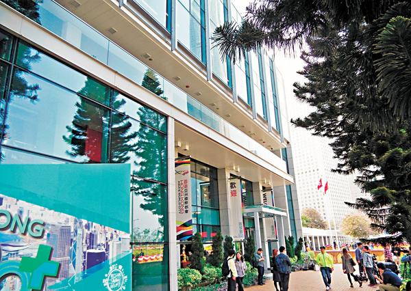 ■香港故宮文化博物館公眾諮詢延至今日啟動。圖為媒體昨日在香港大會堂展城館外等待進一步消息。 新華社