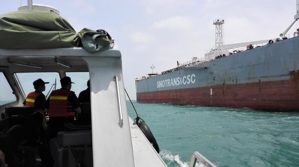 海關執法船在海上追緝走私巨輪