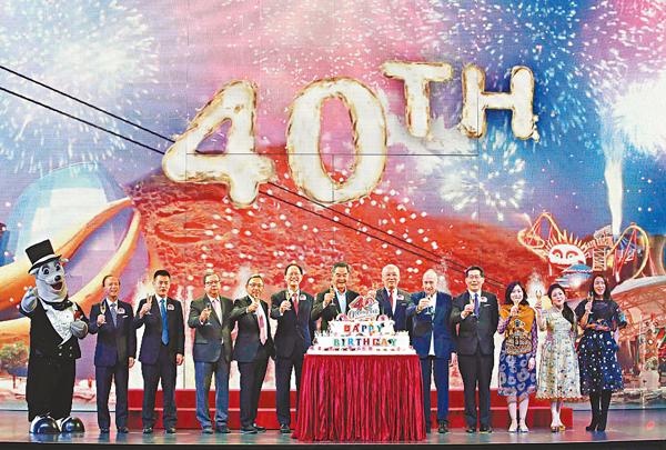 ■梁振英出席海洋公園40周年慶典。 潘達文  攝