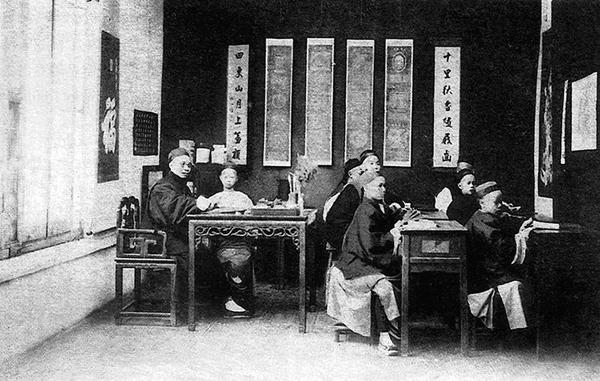 ■古人對於師道非常重視,即便是太子也要出殿門迎接老師。圖為清朝時期的私塾。 資料圖片
