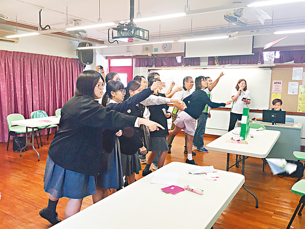 ■老師與學生一起放紙飛機,寓意彼此一同努力,向目標邁進。校方供圖