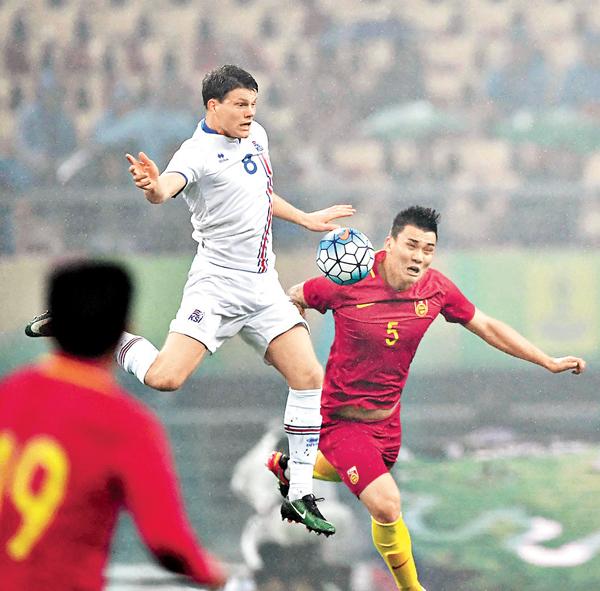 ■中國小將楊善平(右)與對手拚搶。 新華社