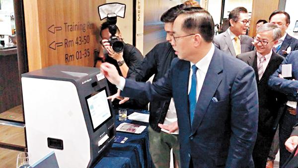 ■創科局局長楊偉雄出席活動時試用硬幣兌換機。
