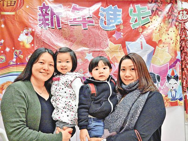 ■廖太(右)和周太的幼女受惠於免費幼稚園教育計劃,將全免學費。 黎忞 攝