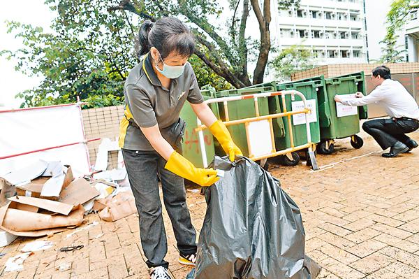■參與的單位要採用統一大小的垃圾袋和垃圾箱,並於垃圾袋貼上QR碼。 梁祖彝  攝
