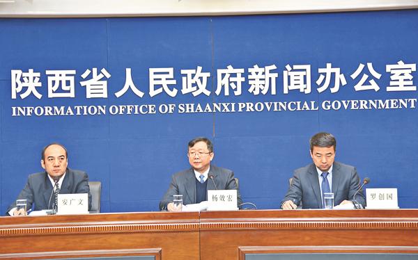■陝西省農業廳副廳長楊效宏(中)在發佈會上介紹陝西休閒農業發展情況。 李陽波 攝