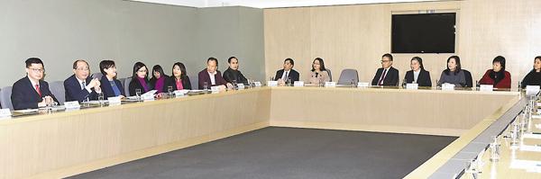 ■吳克儉昨日出席家庭與學校合作事宜委員會與地區家長教師會聯會及小學教育業界代表的會議。