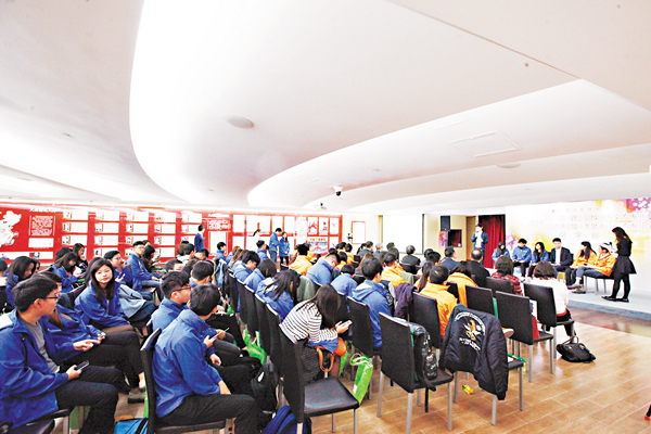 ■各界嘉賓與兩團學員近百人出席分享會。 曾慶威  攝