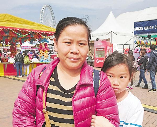 ■賀小姐(左)對有機會與家人一起遊玩感到開心。 文森  攝