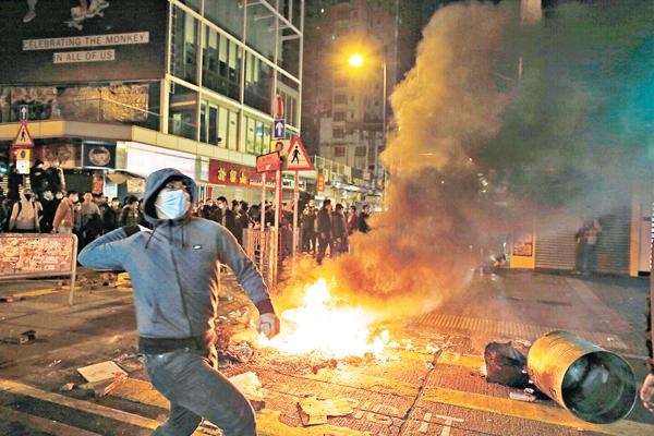 ■去年旺角暴亂,公眾媒體及閉路電視片段皆攝到暴徒掟樽。 資料圖片