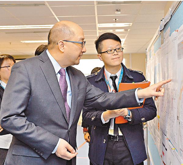 ■譚志源昨到訪選舉事務處。