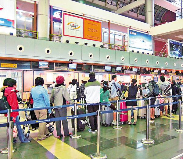 ■越南關員收「小費」的陋習由來已久,且愈來愈嚴重。圖為旅越遊客正在等候過關。網上圖片