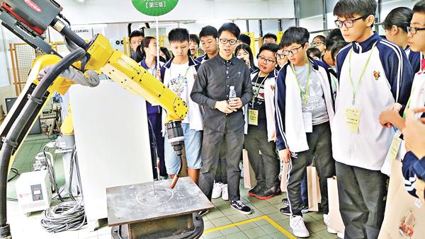 ■明愛元朗陳震夏中學師生參觀智能機械臂。 校方供圖