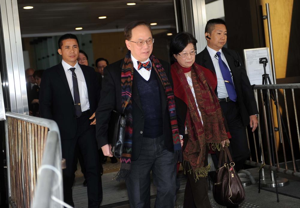 圖:曾蔭權在妻子曾鮑笑薇陪同下,離開高等法院