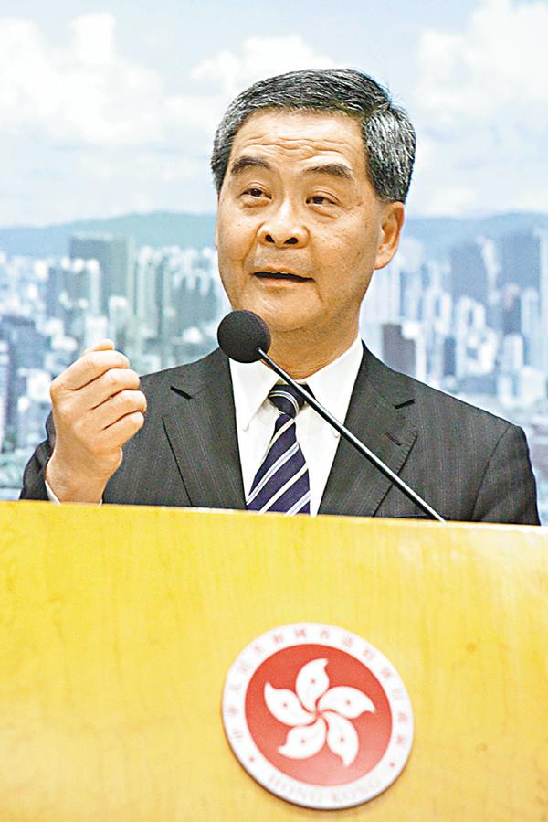 ■梁振英強調,香港特區行政長官的權力,比其他國家的地方首長的權力要大得多。 資料圖片