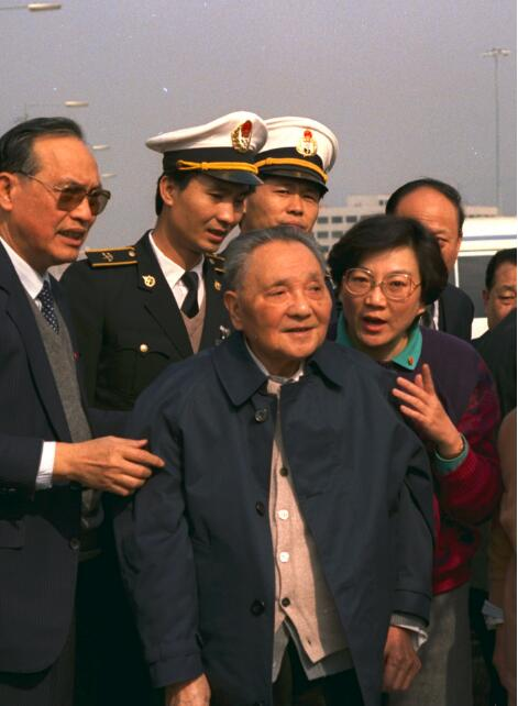 1992年1月19日,在皇崗口岸,鄧小平眺望香港,看到對面的落馬洲。江式高供圖