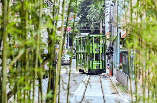 電車車身圖案和周遭環境相映成趣(Karen Choi 攝)