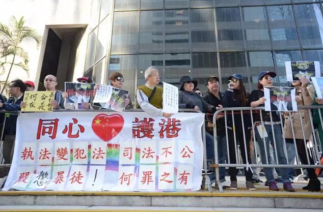 17日,有撐警香港市民到法院外抗議量刑過重